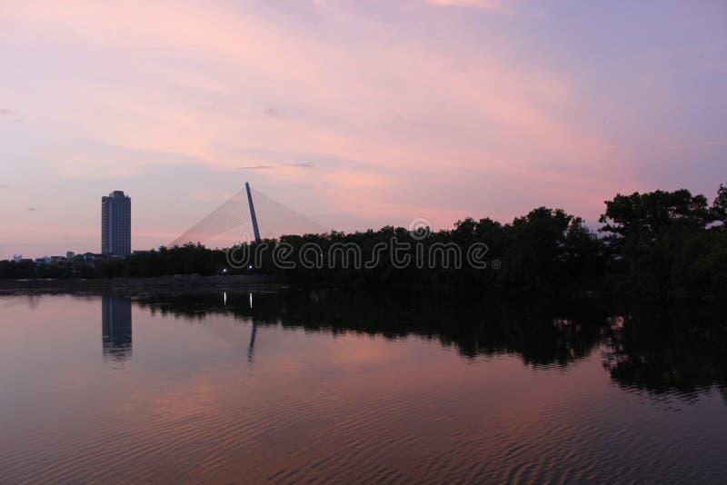 Der Fluss Han am Abendspiegel lizenzfreie stockfotos