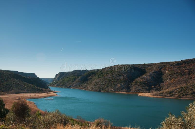 Der Fluss Krka zwischen Bergen lizenzfreie stockfotos