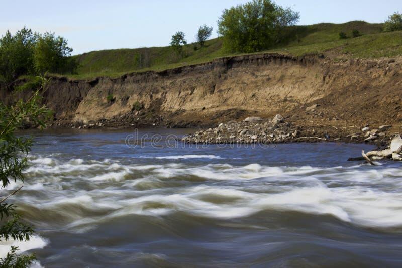 Der Fluss lässt vorbei die Felsen laufen stockbilder