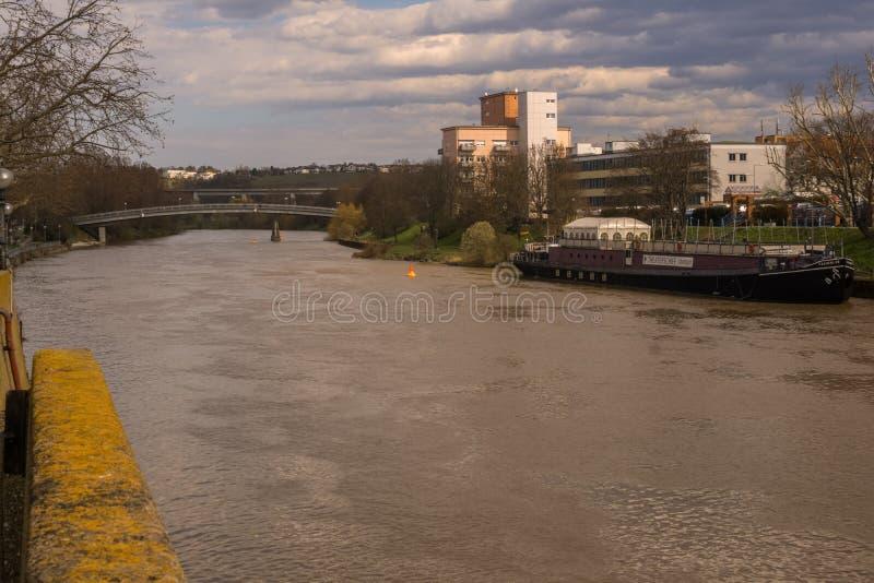 Der Fluss Neckar in Stuttgart-schlechtem Cannstatt lizenzfreies stockfoto