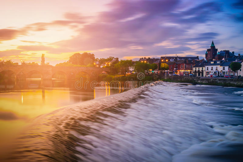 Der Fluss Nith und alte Brücke bei Sonnenuntergang in Dumfries, Schottland lizenzfreie stockfotografie