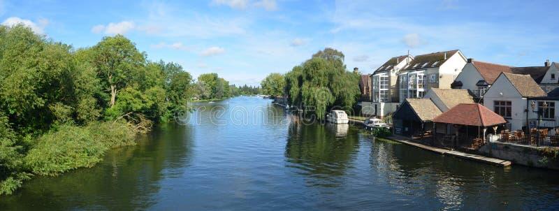 Der Fluss Ouse, Regattawiesen und Flussufergebäude an St. Neots Cambridgeshire England lizenzfreies stockbild