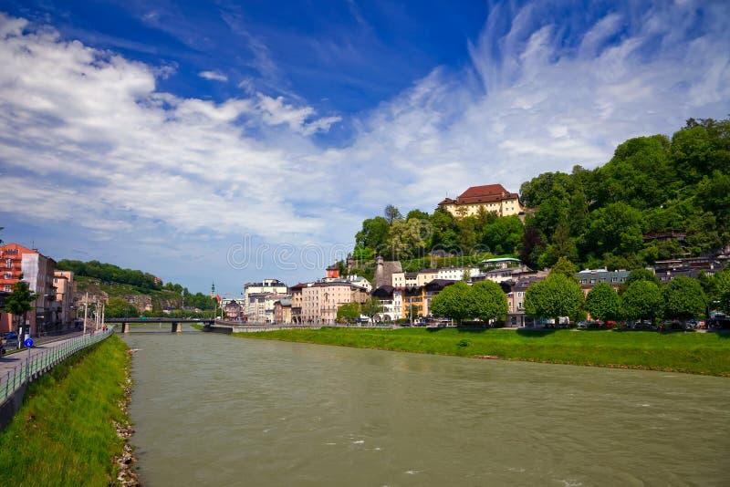 Der Fluss Salzach in Salzburg lizenzfreies stockbild