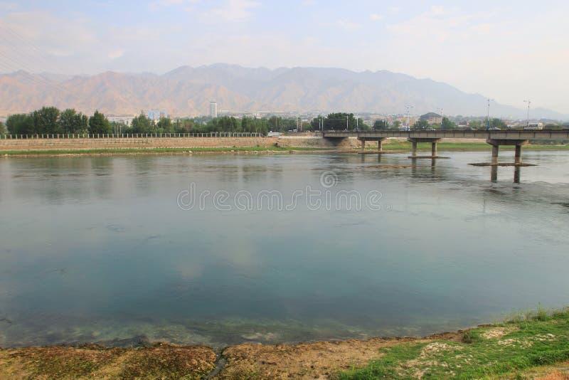 Der Fluss Syr Darya in Khujand-Stadt, Tadschikistan stockbilder
