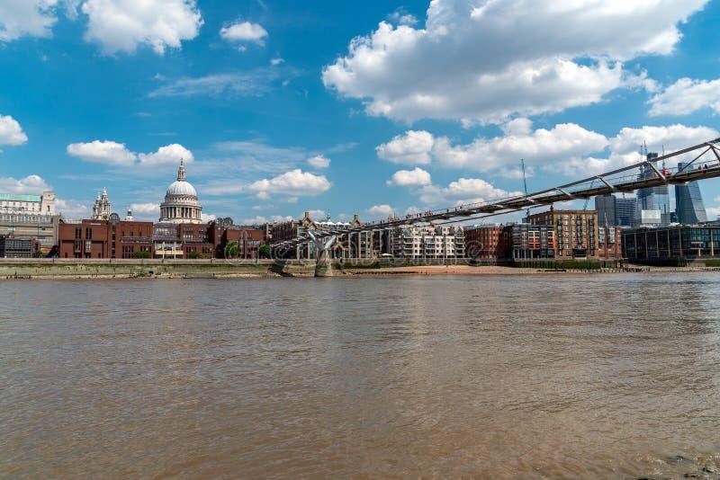 Der Fluss Themse, die Jahrtausend-Brücke und die St- Paul` s Kathedrale stockfotos