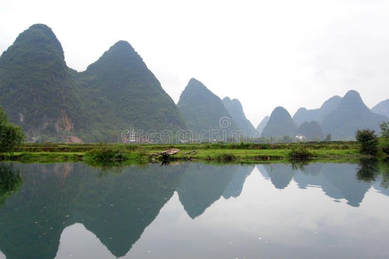 Der Fluss und die Berge stockfotos