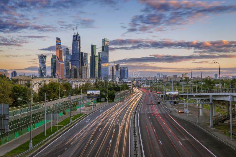 Der Fluss von Autos auf dritten Ring Road in Moskau-Stadt lizenzfreies stockbild