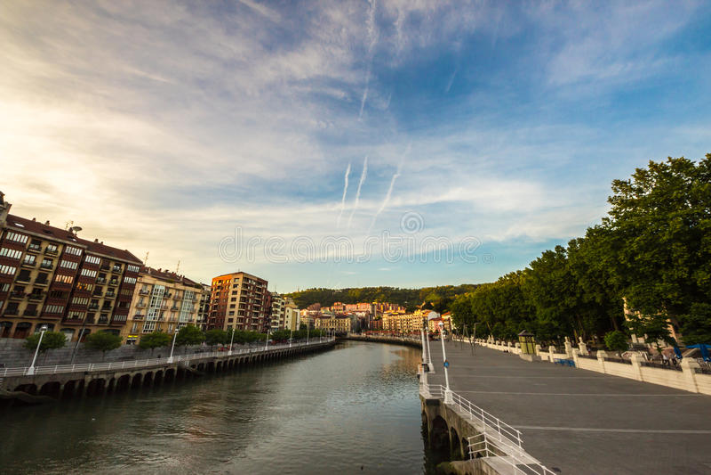 Der Fluss von Bilbao an einem Sommerabend lizenzfreies stockfoto
