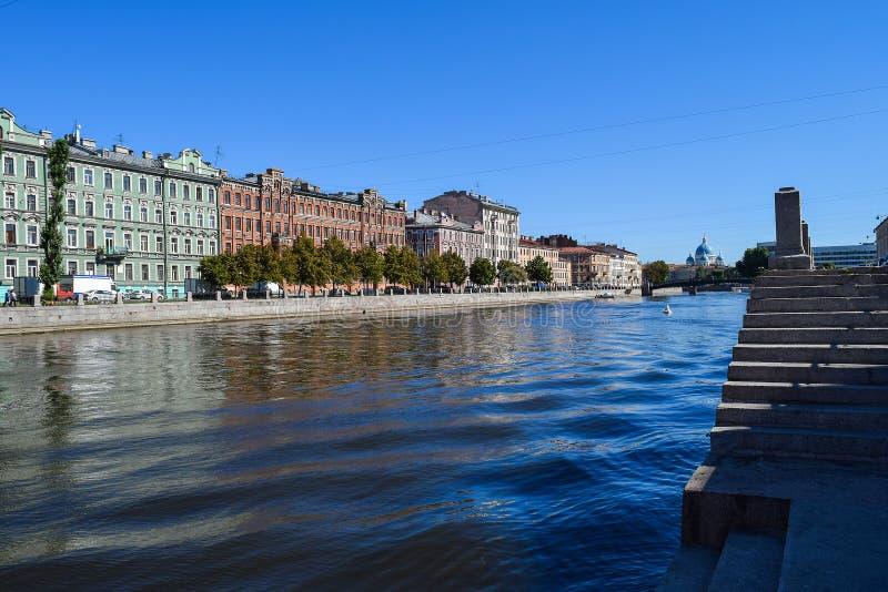 Der Fontanka-Flussdamm in StPetersburg lizenzfreie stockfotografie