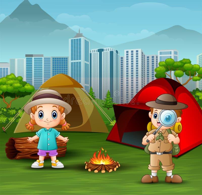 Der Forscherjunge mit einem kleinen Mädchen am Campingplatz stock abbildung