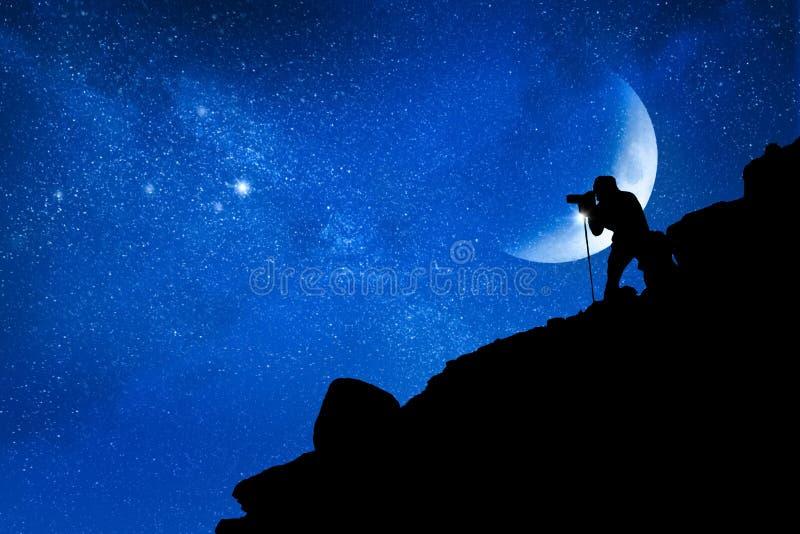 Der Fotograf macht Fotos der Sterne in den Bergen Reise- und Raumkonzept stockbild