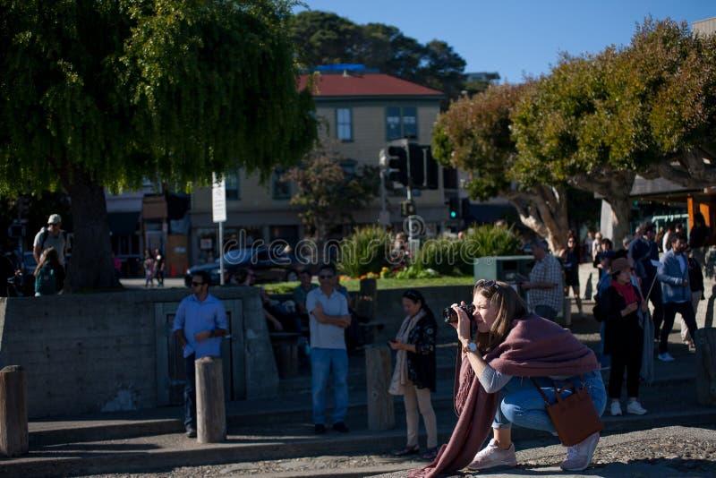 Der Fotograf in der Sonne, Sausalito Kalifornien an einem Sonntag Nachmittag lizenzfreie stockfotos