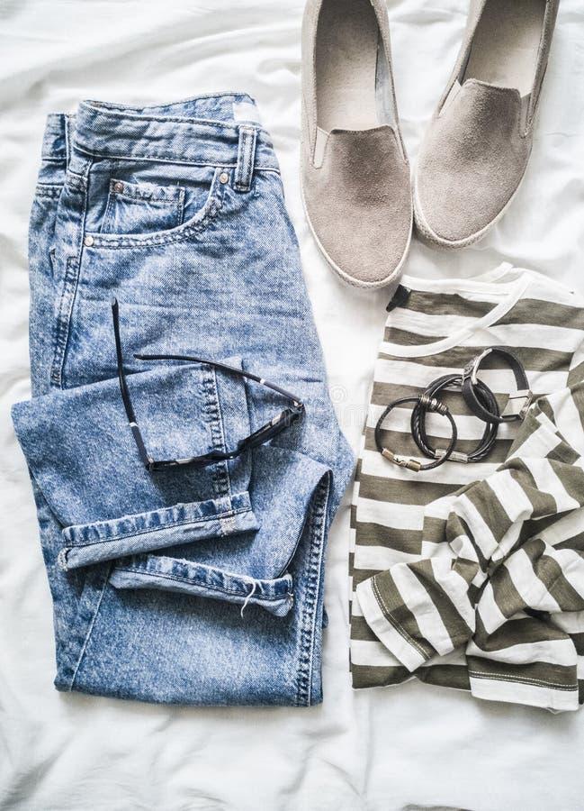Der Frühling der Frauen, Sommermodekleidung eingestellt in Pastellfarben - die Jeans der Mutter, Baumwolle streiften Pullover, Ve stockfotos