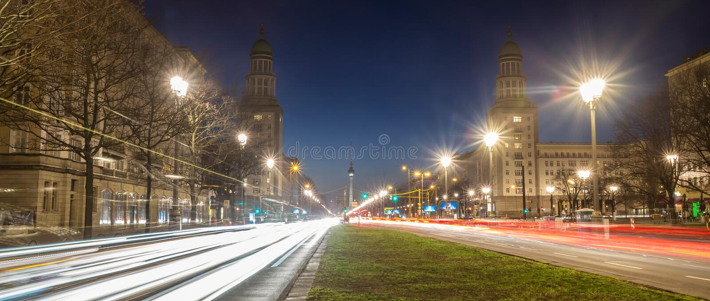 Der Frankfurterfelsen Berlin Deutschland am Abend lizenzfreie stockfotografie