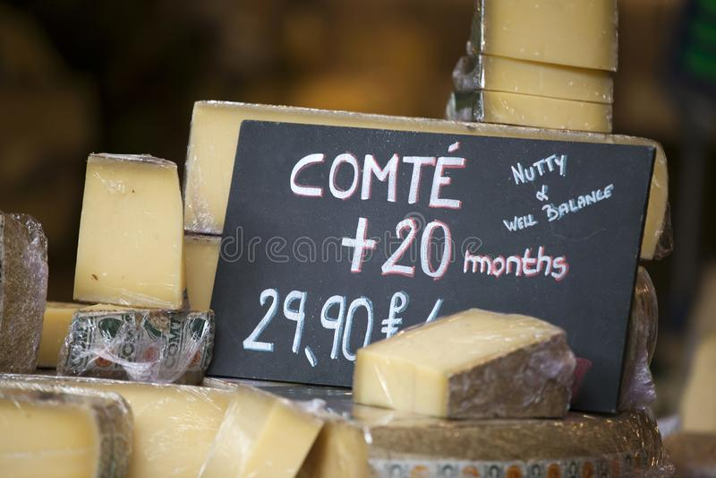 Der französische Käse Comte auf einem hölzernen Behälter lizenzfreie stockfotos