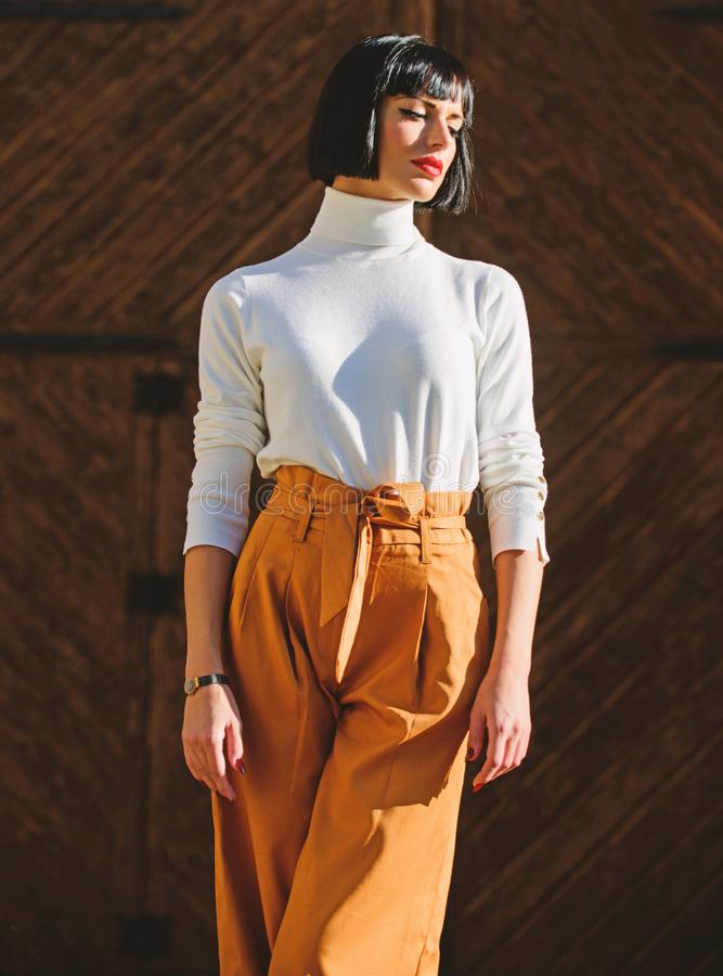 Der Frau Weg sicher Frau moderner Brunette stehen drau?en schwarzen Hintergrund Mode- und Artkonzept M?dchen mit lizenzfreie stockfotos