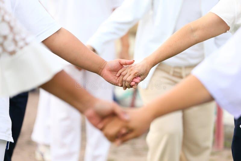 Der Freundschaftsteamgeist, durch Hand in Hand zusammen gehen lizenzfreie stockbilder