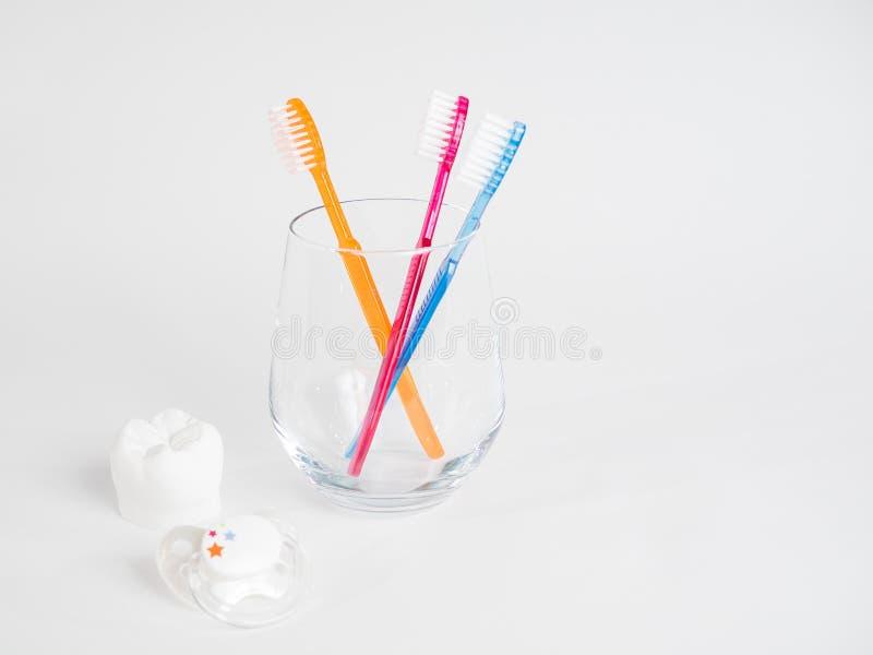 Der Friedensstifter, der Zahn und die Zahnbürste lizenzfreies stockbild