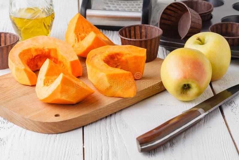 Der frische orange Kürbis, geschnitten und zerrieben, bereiten sich für das Kochen vor Organisches, Saison-, natürliches und gesu stockfotos