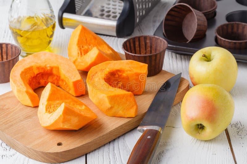 Der frische orange Kürbis, geschnitten und zerrieben, bereiten sich für das Kochen vor Organisches, Saison-, natürliches und gesu lizenzfreies stockbild