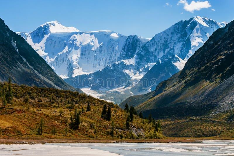 Der Fuß der Berge an einem sonnigen Sommertag lizenzfreie stockbilder