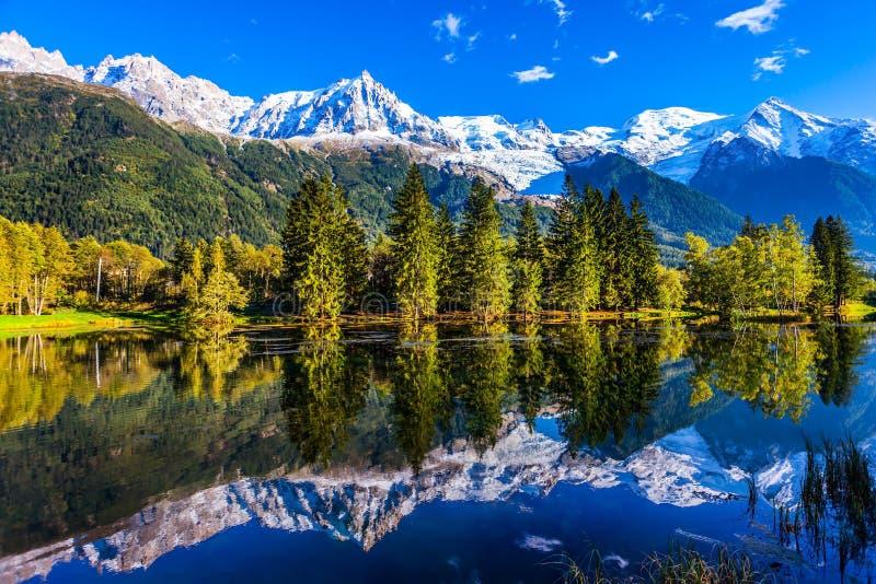 Der Fuß von Mont Blanc lizenzfreie stockbilder