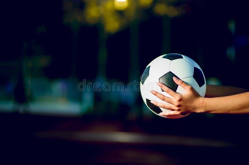 Der Fußballspieler, zum des Fußballkonzeptes auszuüben und dort ist eine Kopie stockfotografie