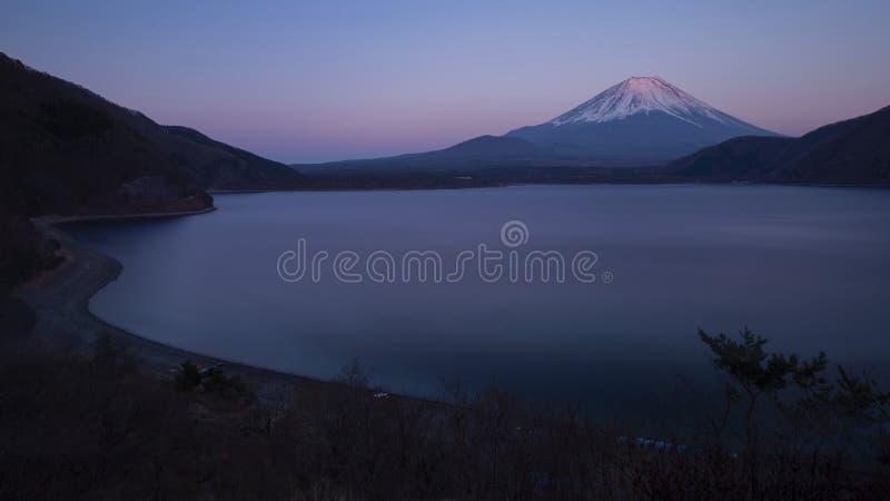 Der Fujisan gesehen vom See Motosu, Japan lizenzfreie stockfotografie
