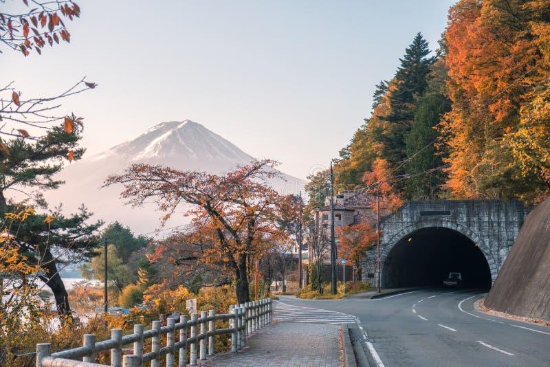 Der Fujisan mit Herbstwald und Tunnelstraße stockfotografie