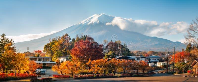 Der Fujisan-Panorama im Herbst von einem japanischen beliebten Erholungsort stockfotos