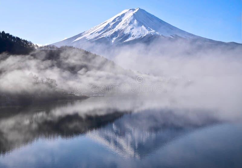 Der Fujisan-Reflexion im ruhigen See am frühen Morgen stockfotografie