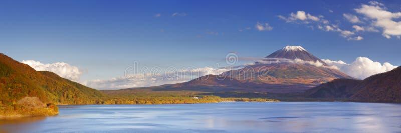 Der Fujisan und See Motosu, Japan an einem klaren Nachmittag lizenzfreies stockfoto
