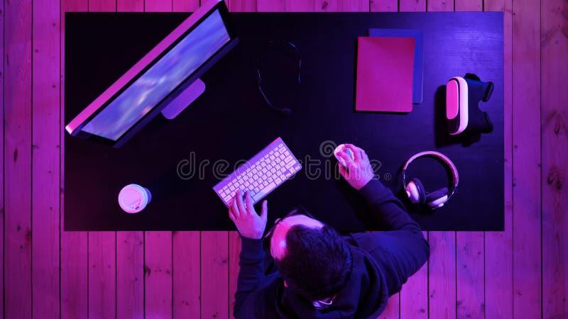 Der Gamer, der ein Spiel regte spielt sehr auf stockfotos