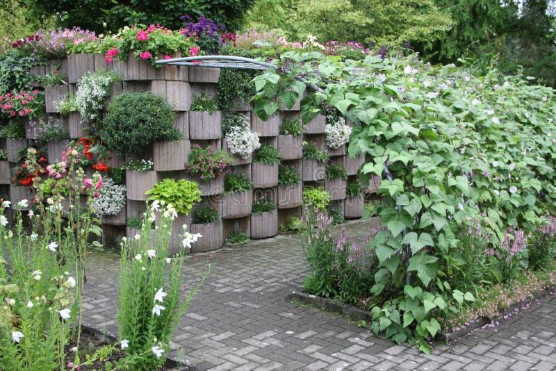 Der Garten des Hügels mit einer Pergola lizenzfreie stockbilder