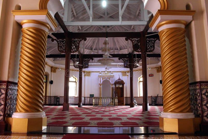 Der Gebetsraum roten Moscheen-Jami-ULs-Alfar in Colombo stockfotografie