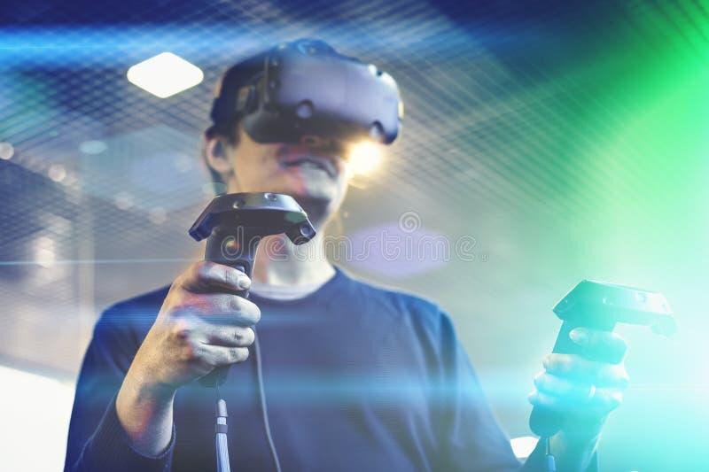 Der Gebrauchsvirtuellen realität des jungen Mannes Schutzbrillen oder VR-Kopfhörer oder Sturzhelm, Spielvideospiel, Zukunft ist j stockbilder