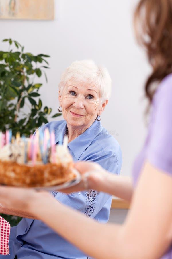 Der Geburtstag der Großmutter lizenzfreies stockfoto