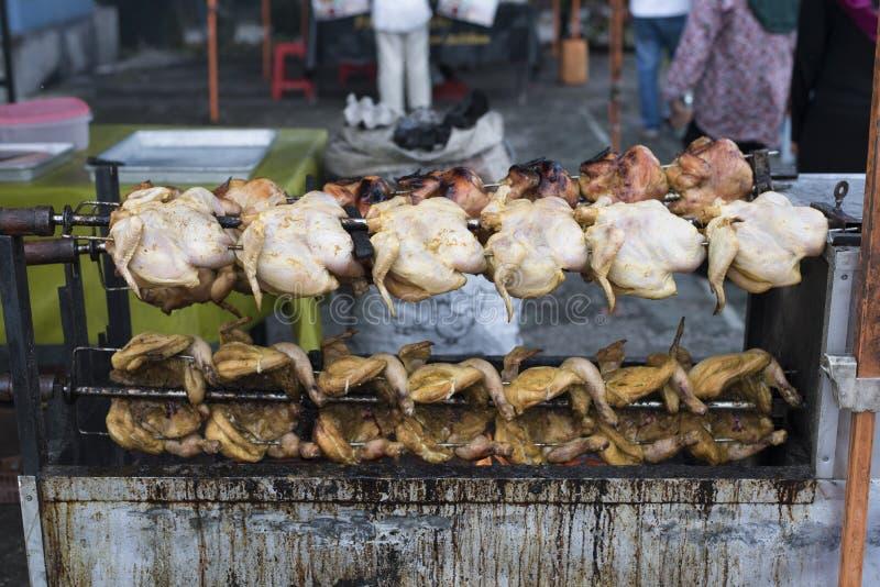Der gegrillte Verkauf/briet Huhn am Frischmarkt stockfotos