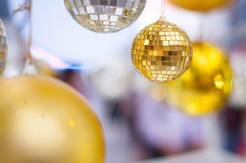 Der gelbe Ball in vielen Unschärfeball lizenzfreies stockfoto