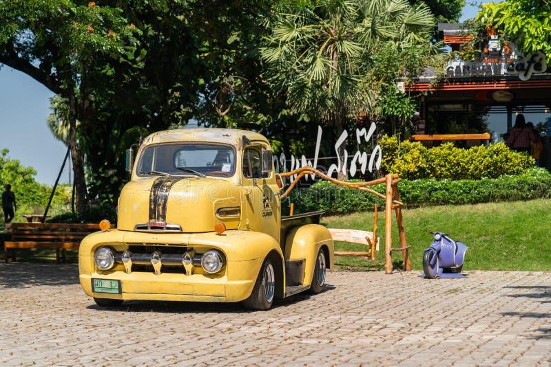 Der 1951 gelbe farbige Kleintransporter Fords COE mit den kundenspezifischen Rädern, die am Parkplatz parken, lizenzfreie stockfotografie
