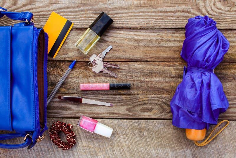 Der Geldbeutel der blauen Frauen, Regenschirm und das Zubehör der Frauen stockbild