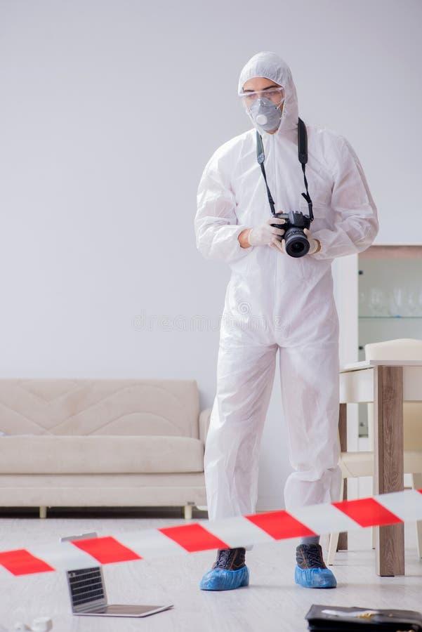 Der Gerichtsmediziner am Tatort, der Untersuchung tut lizenzfreies stockfoto