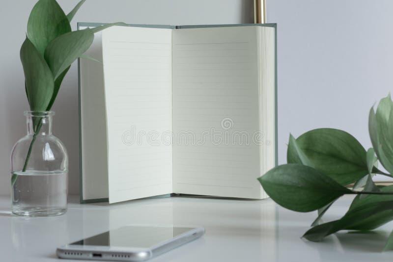 Der Geschäftsdesktop mit Notizbuch paginiert Kopienraum stockfotografie