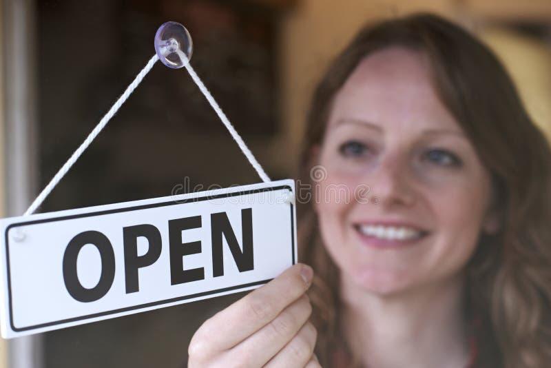 Der Geschäftsinhaber drehend offen unterzeichnen herein Shop-Eingang lizenzfreie stockbilder