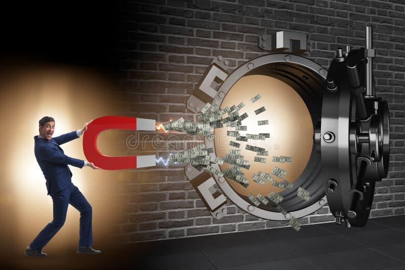 Der Geschäftsmann, der Bank im Finanzkriminalitätskonzept beraubt stockfoto