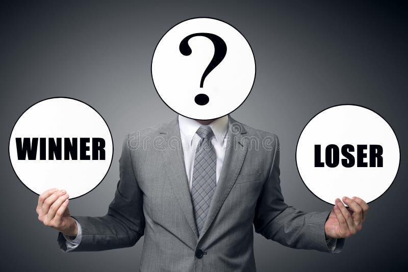 Der Geschäftsmann beschließt wem, um der Sieger oder der Verlierer zu sein lizenzfreies stockfoto