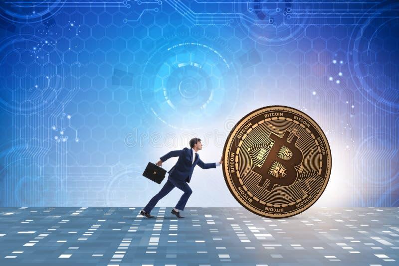 Der Geschäftsmann, der bitcoin in cryptocurrency blockchain Konzept drückt stockfotografie