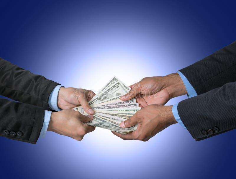 Der Geschäftsmann, der das Geld empfängt, bot durch Geschäftsmann auf dunklem b an lizenzfreie stockfotos