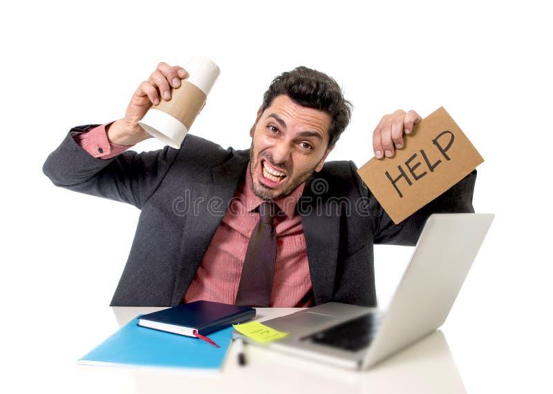 Der Geschäftsmann, der an dem Computer bittet um die Hilfe halten leer arbeitet, nehmen Kaffee in der Koffeinsucht weg lizenzfreies stockbild