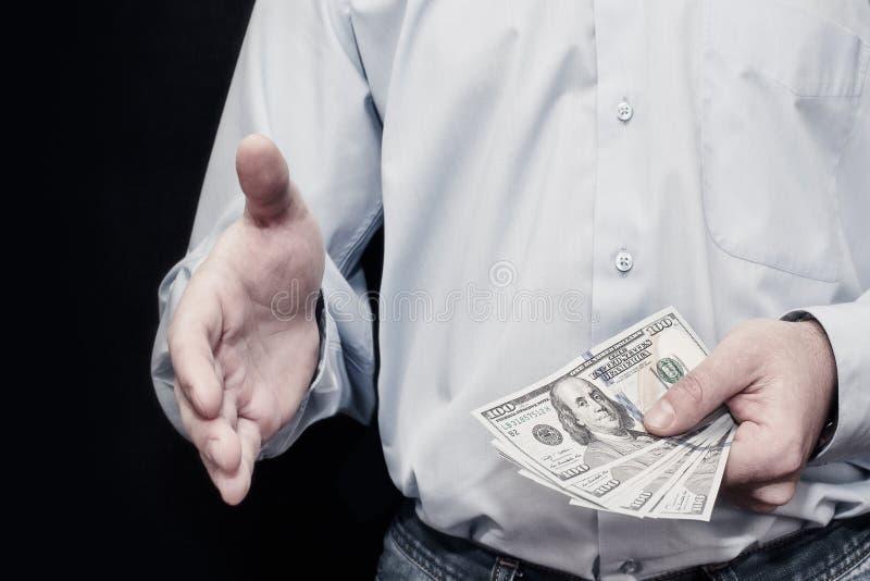 """Der Geschäftsmann, der Geld, Dollar Vereinigter Staaten (USD) gibt berechnet †""""c lizenzfreies stockbild"""